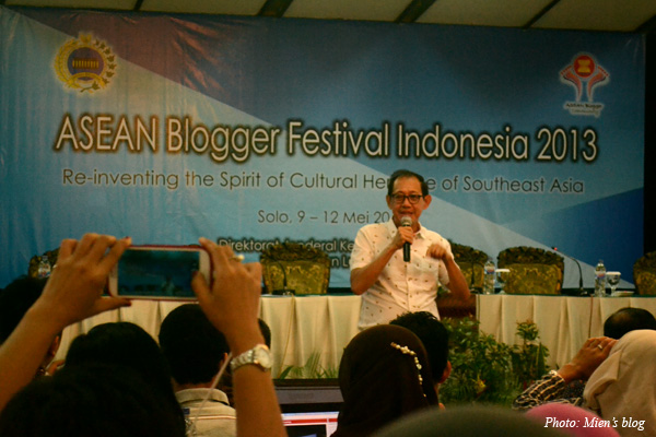 Famous Indonesian author and public speaker Hermawan Kartajaya giving speech at ASEAN Blogger Festival 2013